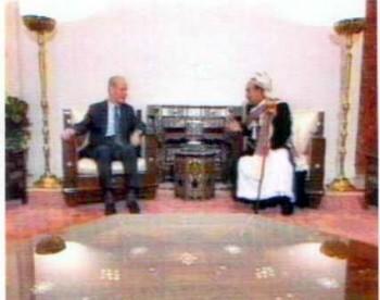الرئيس الراحل حافظ الأسد مستقبلاً الشيخ عبد الله أثناء زيارته البرلمانية لدمشق في سبتمبر 1997م