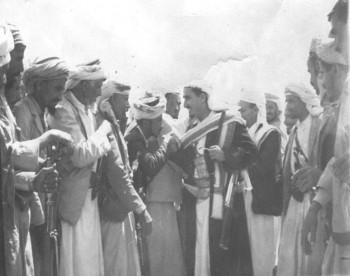 في مؤتمر حرض الشيخ عبد الله يصافح بعضاً من مشائخ بكيل اللذين حضروا إلى جانب الوفد الملكي