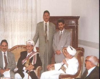 الرئيس الراحل عبد الرحمن الإرياني مستقبلاً الشيخ عبد الله في منزله أثناء زيارة الشيخ عبد الله لسوريا في سبتمبر 1997م