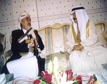 الشيخ خليفة بن سلمان آل خليفة رئيس وزراء البحرين مستقبلاً الشيخ عبد الله بن حسين الأحمر في المنامة – ديسمبر 2003م