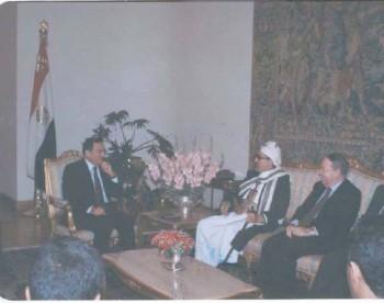 الرئيس مبارك يلتقي بالشيخ عبدالله أثناء زيارته البرلمانية للقاهرة إبريل 1995م.