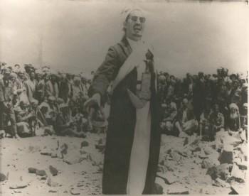 الشيخ عبد الله بن حسين الأحمر في ميادين الدفاع عن الثورة والجمهورية يخطب في القبائل المحاربة 1967م .