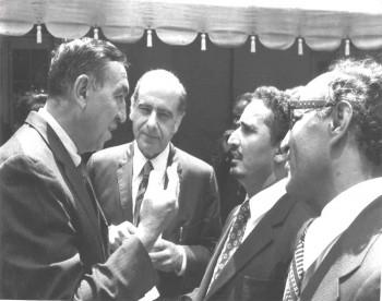 الشيخ عبد الله أثناء زيارته البرلمانية لأمريكا 1973م يتحدث إلى أحد أعضاء مجلس النواب الأمريكي