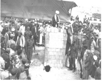 القاضي الإرياني يضع حجر الأساس لمطار صنعاء الدولي ويرى الشيخ عبد الله في الصورة أوائل السبعينيات