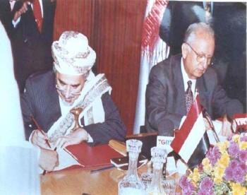 الشيخ عبد الله بن حسين الأحمر يوقع في أنقره بروتوكول التعاون البرلماني مع نظيره التركي السيد حسام الدين جندروك في أكتوبر 1994م