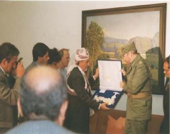 الشيخ عبد الله يسلم هدية للرئيس الكوبي في هافانا 1998م تمثل التقاليد اليمنية الأصيلة .