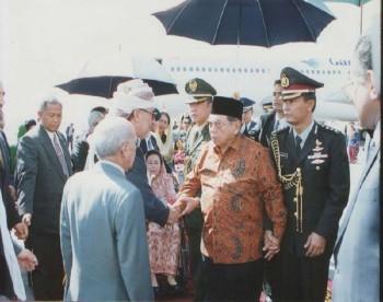 الشيخ عبد الله ضمن كبار مسئولي الدولة المستقبلين لفخامة الرئيس الاندونيسي عبد الرحمن واحد واحد أثناء زيارة الأخير لبلادنا 2001م.
