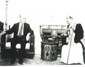 الرئيس السوري الراحل حافظ الأسد مستقبلاً الشيخ عبد الله بن حسين الأحمر في دمشق – 1998م