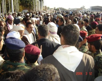 المشائخ والعلماء يصافحون الشيخ عبد الله لحظة وصوله