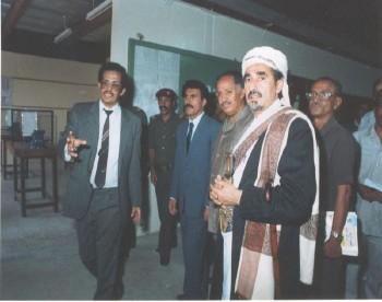 الشيخ عبد الله إلى جانب الرئيس علي عبد الله صالح في تعز 1988م. ويرى في الصورة الحاج علي محمد سعيد رئيس مجلس إدارة مجموعة هائل سعيد أنعم