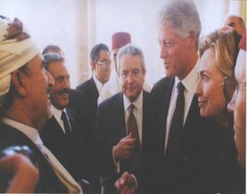 الشيخ عبد الله بن حسين الأحمر إلى يسار الصورة ثم الرئيس علي عبد الله صالح في لقاء مع الرئيس الأمريكي بيل كلينتون في الرباط على هامش جنازة الملك الحسن الثاني 1999م