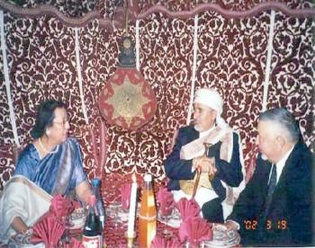 الشيخ عبد الله مع رئيسة الإتحاد البرلماني الدولي نجمه هبة الله أثناء حضوره المؤتمر (107) للإتحاد البرلماني الدولي في مراكش مارس 2002م