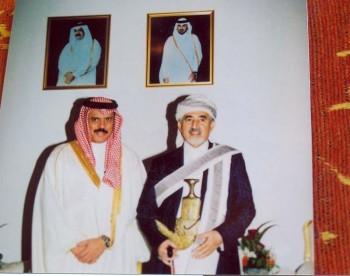 الشيخ عبد الله بن حسين الأحمر  وإلى جانبه السيد حمد العطية أمين عام مجلس التعاون الخليجي - الدوحة يناير 2005م
