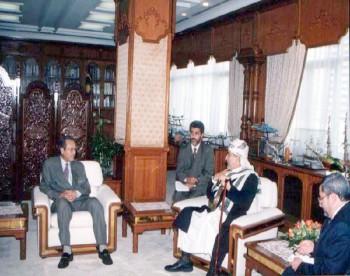 رئيس وزراء ماليزيا مهاتير محمد مستقبلاً الشيخ عبد الله في مكتبه في كوالالمبور أثناء الزيارة البرلمانية لماليزيا يوليو 1999م