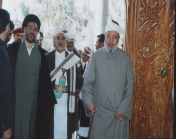 الشيخ عبد الله وبجانبه الشيخ الداعية الدكتور يوسف القرضاوي أثناء المشاركة في أسبوع القدس الذي نظمته الهيئة الشعبية للدفاع عن الأقصى وفلسطين في صنعاء مارس 2001م.
