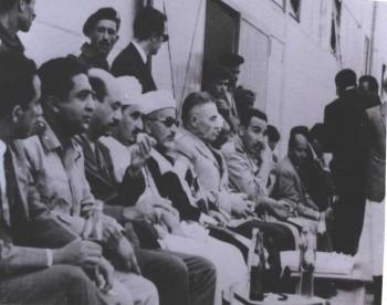 صورة في أوائل السبعينات تجمع بين ثلاث شخصيات يمنية تاريخية الرئيس القاضي عبد الرحمن الإرياني والرئيس الحمدي والشيخ عبد الله بن حسين الأحمر