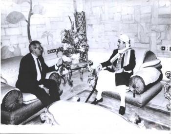 الشيخ عبد الله بن حسين الأحمر مع السيد بدر همَّام مبعوث الرئيس المصري إلى اليمن أثناء الأزمة السياسية وحرب الإنفصال 1994م