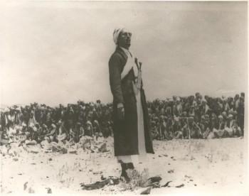 الشيخ عبد الله بن حسين الأحمر في ساحات الدفاع عن الثورة والجمهورية يوجه خطاباً للقبائل المحتشدة 1967م