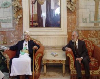 الشيخ عبد الله بن حسين الأحمر يلتقي في منزله الداعية الإسلامي الدكتور عمر عبد الكافي