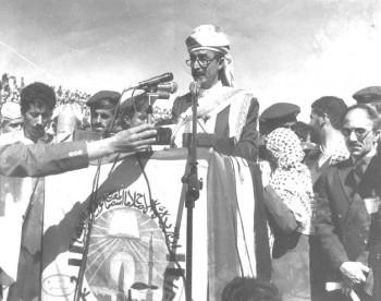 الشيخ عبد الله بن حسين الأحمر رئيس الهيئة العليا للتجمع اليمني للإصلاح يلقي كلمة في  أحد مهرجانات التجمع الكبرى بأمانة العاصمة 1992م .