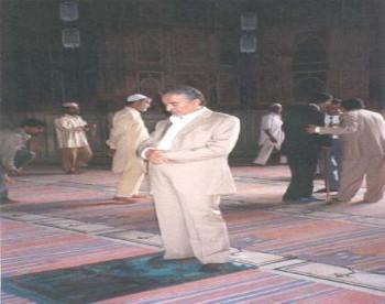 الشيخ عبد الله يصلي في أحد الجوامع  الشهيره  في مدينة بومباي  أثناء زيارته البرلمانية للهند في إبريل 2001م