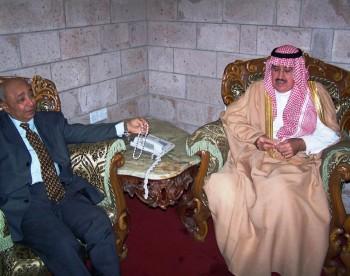 الدكتور حسن مكي والسفير السعودي في صالة التشريفات لاستقبال الشيخ عبد الله بن حسين الأحمر 11/11/2004م