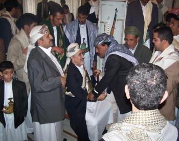 أفراح العيد واستقبال الضيوف : الشيخ عبد الله مستقبلاً وإلى جانبه نجله الأكبر صادق 1425هـ