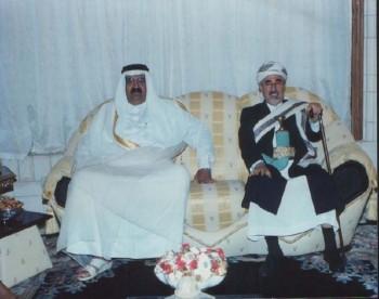 الشيخ عبد الله مستقبلا أمير دولة قطر في منزله بصنعاء 2000م.