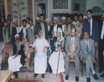 الشيخ عبد الله وبجانبه شيخ المجاهدين الشيخ أحمد ياسين أثناء زيارته الشهيرة لليمن في يونيو 1999م.