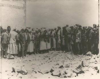 الشيخ عبد الله بن حسين الأحمر في إحدى لقاءاته بالقبائل للدفاع عن الثورة والجمهورية 1967م