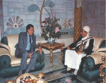 الشيخ عبد الله بن حسين الأحمر مستقبلا في منزله بالحصبه الأخضر الإبراهيمي مبعوث الأمين العام للأمم المتحدة إلى اليمن للتباحث حول الأزمة السياسية 1994م