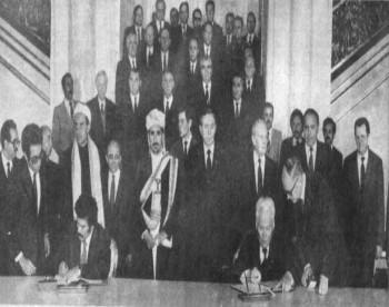 الرئيس علي عبد الله صالح والسوفيتي تشيرنتكو يوقعان على معاهدة الصداقة والتعاون في أكتوبر 19984م في موسكو ويرى في الصورة الشيخ عبد الله على رأس أعضاء الوفد المرافق للرئيس