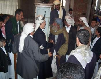 أيام العيد : ولكبار السن مكانة لدى الشيخ عبد الله فيقف مستقبلاً لهم