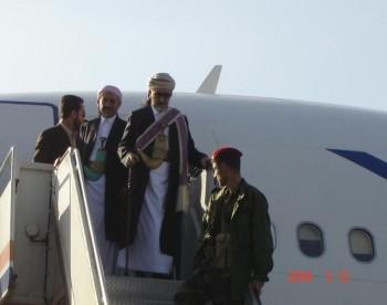 وهكذا خرج الشيخ عبد الله من الطائرة وخلفه الراحل الكبير العميد مجاهد فرحة لم تتم