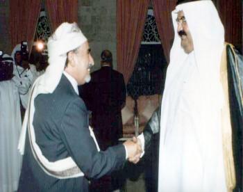 الشيخ عبد الله بن حسين الأحمر مع  الشيخ حمد بن خليفة آل ثاني أمير دولة قطر