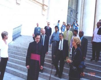الشيخ عبد الله بن حسين الأحمر أثناء زيارته للفاتيكان في روما يوليو 2000م ويرى في الصورة أحد المسؤولين في الفاتيكان مودعاً الشيخ عبد الله