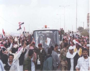 في الحافلة يرى الشيخ عبد الله وهو يحيي الجماهير التي خرجت لاستقباله أثر عودته في مارس 1998م من رحلة العلاج إلى أمريكا .