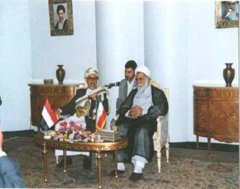 الشيخ عبد الله في مطار طهران أثناء استقبال السيد علي ناطق نوري رئيس مجلس الشورى الإيراني له خلال زيارته البرلمانية لإيران يوليو 1998م