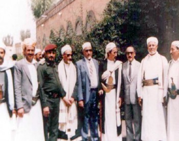 الشيخ عبد الله وإلى يمينه الرئيس السلال ثم المناضل عبد السلام صبرة وعن يساره عبد الله بركات ثم القاضي محمد الحجي.