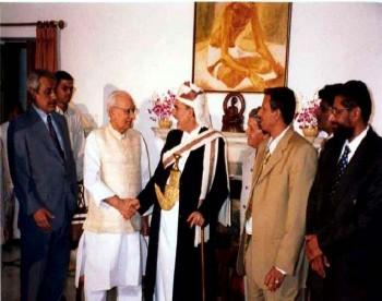 نائب الرئيس الهندي يستقبل الشيخ عبد الله في مكتبه أثناء زيارته البرلمانية للهند في إبريل 2001م