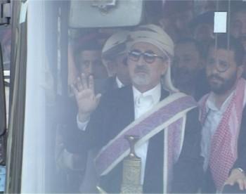 في  الباص واقفاً يرد التحية من المطار حتى وصوله إلى منزله بحي الحصبة وإلى جانبه نجله حميد