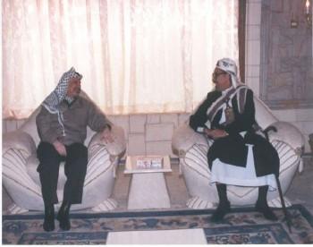 الشيخ عبد الله مستقبلاً في منزله الرئيس ياسر عرفات عام  1998م .