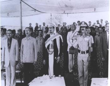 الرئيس علي عبد الله صالح وإلى جانبه الشيخ عبد الله بن حسين الأحمر ويرى في الصورة أحمد الجنيد والعميد محسن اليوسفي في أوائل الثمانينات