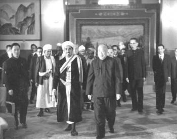 الشيخ عبد الله أثناء زيارته للصين عام 1974م وبجانبه رئيس مجلس نواب الشعب الصيني آنذاك وزميل الزعيم الصيني ماو تس تونج الذي قاد الجيش الأحمر الصيني أثناء الثورة الصينية الكبرى