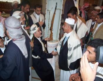 أيام عيد الفطر المبارك 1425هـ : الشيخ عبد الله مستقبلاً العميد يحيى مصلح