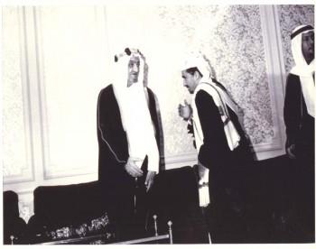 الملك فيصل بن عبد العزيز مستقبلاً الشيخ عبد الله 1970م في صبره حيث كان الشيخ عبد الله هو مهندس المصالحة الوطنية بين الجمهوريين والملكيين التي على إثرها وقفت الحرب الأهلية في اليمن .