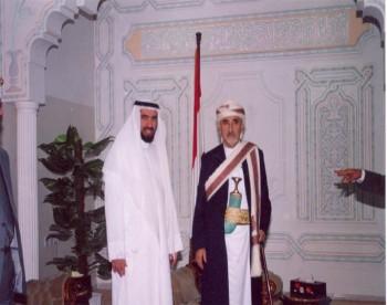 الشيخ عبد الله بن حسين الأحمر وإلى جانبه الدكتور طارق السويدان الداعية المعروف - صنعاء 22/4/2005م