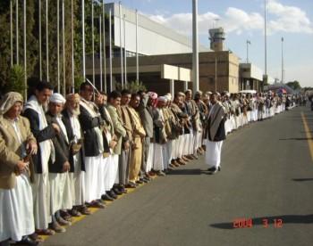 طابور طويل جداً من المستقبلين لحظة هبوط الطائرة المقلة للشيخ عبد الله