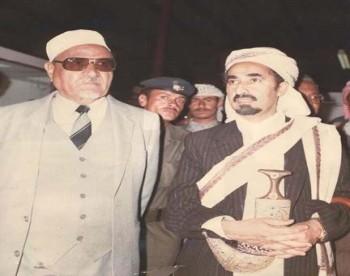 الزعيم عبد الله السلال أول رئيس للجمهورية العربية اليمنية بعد الثورة 1962م وإلى جانبه الشيخ عبد الله بن حسين الأحمر