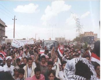 العودة الحميدة من رحلة العلاج في مارس 1998م استقبال شعبي كبير للشيخ عبد الله الذي تقله الحافلة من مطار صنعاء إلى منزله .